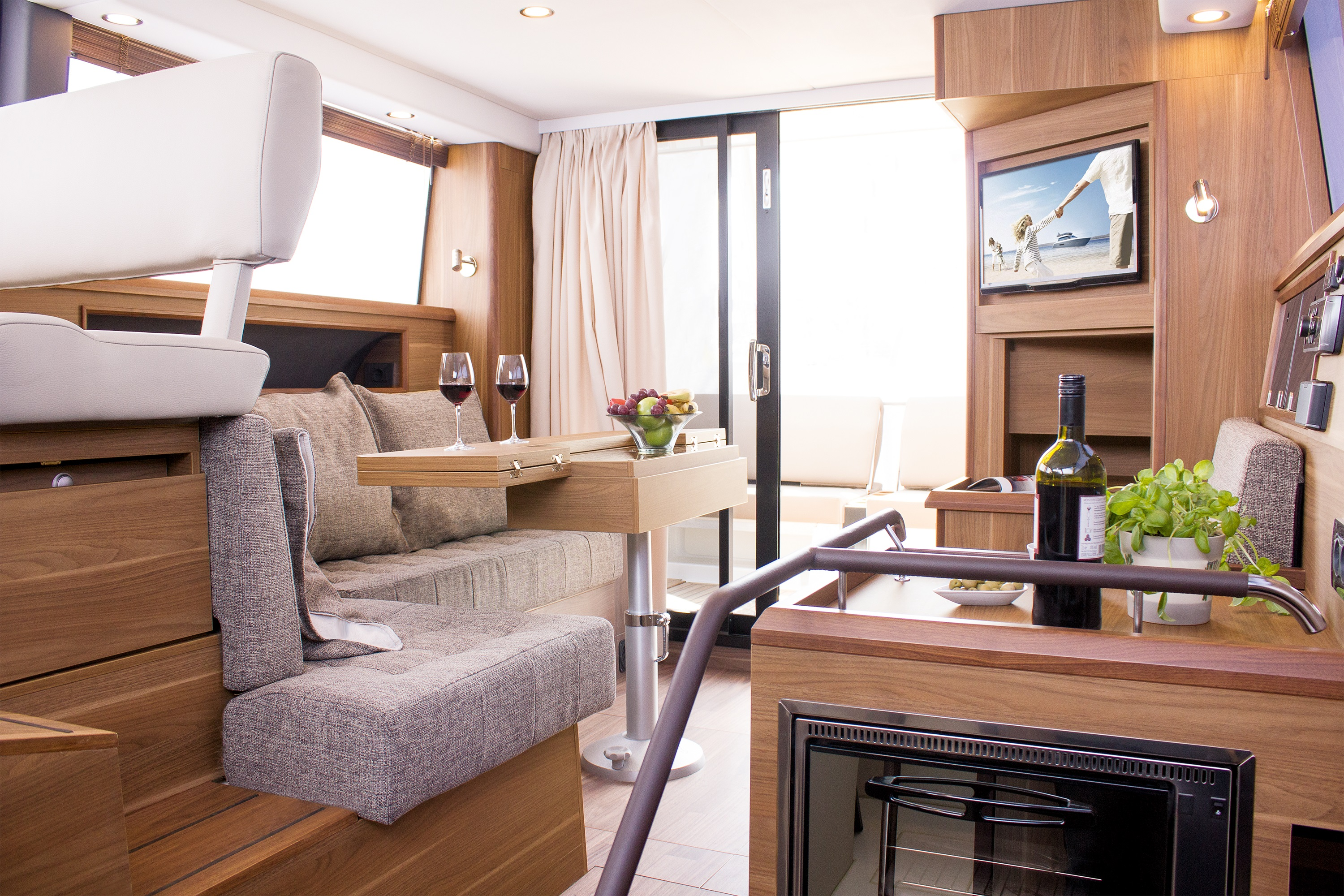 Sealine F380 – A flybridge showing true magnitude at the Windermere Boat Show